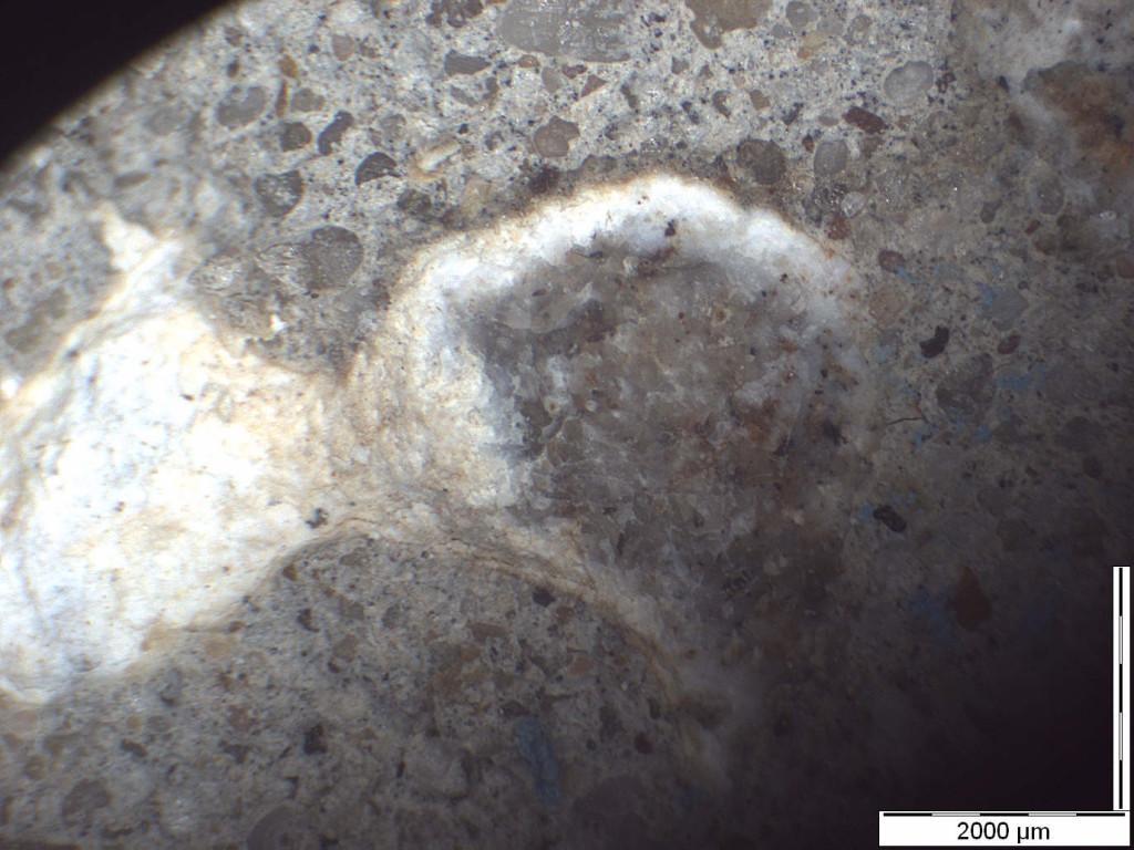 Mikroskopische Aufnahme von Alkalisilikat als Reaktionsprodukt